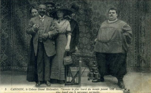 1kolos waży więcej od 5 normalnych osób (fot. Pouet48/delcampe.net)