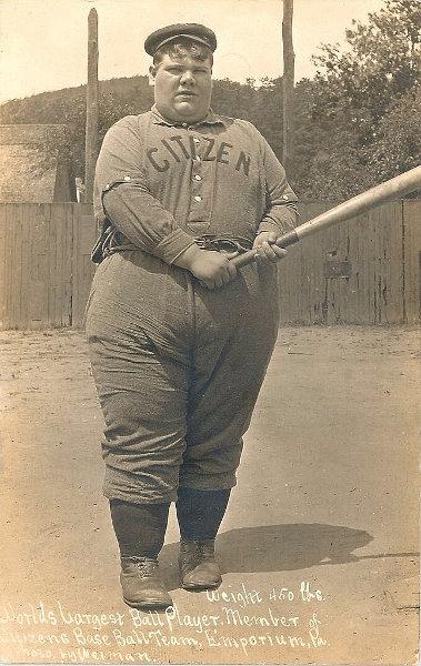 Najgrubszy zawodnik baseballowy świata - stara pocztówka z USA (fot. vintag.es )