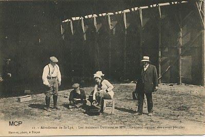 Piloci podpisują karty pocztowe. (fot. museedelacartepostale)