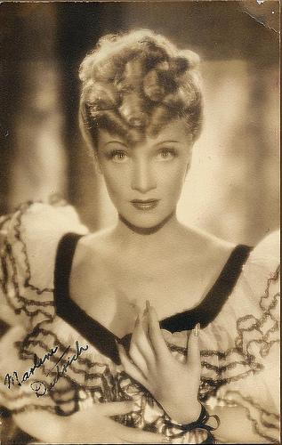 36,50 - Marlene Dietrich na starej karcie pocztowej.