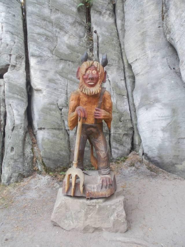 diabełek strzegący skalnego miasta w Adrspachu