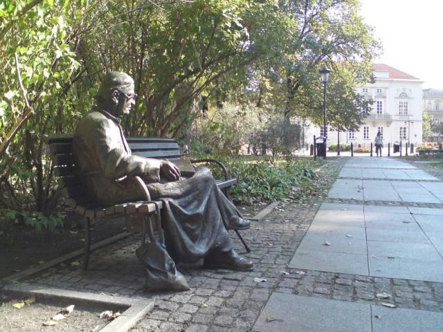 Ławeczka Ks. Jana Twardowskiego - pomnik przy Krakowskim Przedmieściu w Warszawie w pobliżu kościoła sióstr Wizytek.