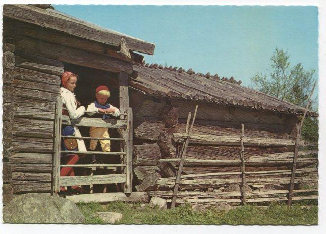 """Dalarna, Chatka w Ärteråsens, w parafii ORE, 8 km odFurudal. """"Dom Ognia"""" oraz stajnie z rzeźbieniami drewnianymi z ok. 1700 roku. (Ultra - Gerhards, ), pocztówka c. 1970-1980"""