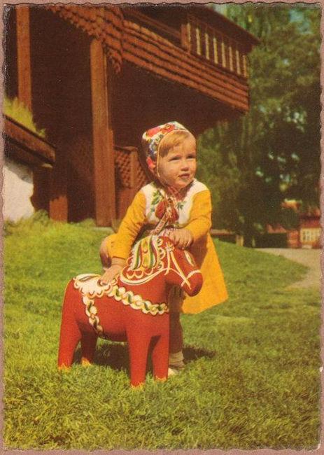 konik z Dalarna i dziwczynka w stroju regionalnym